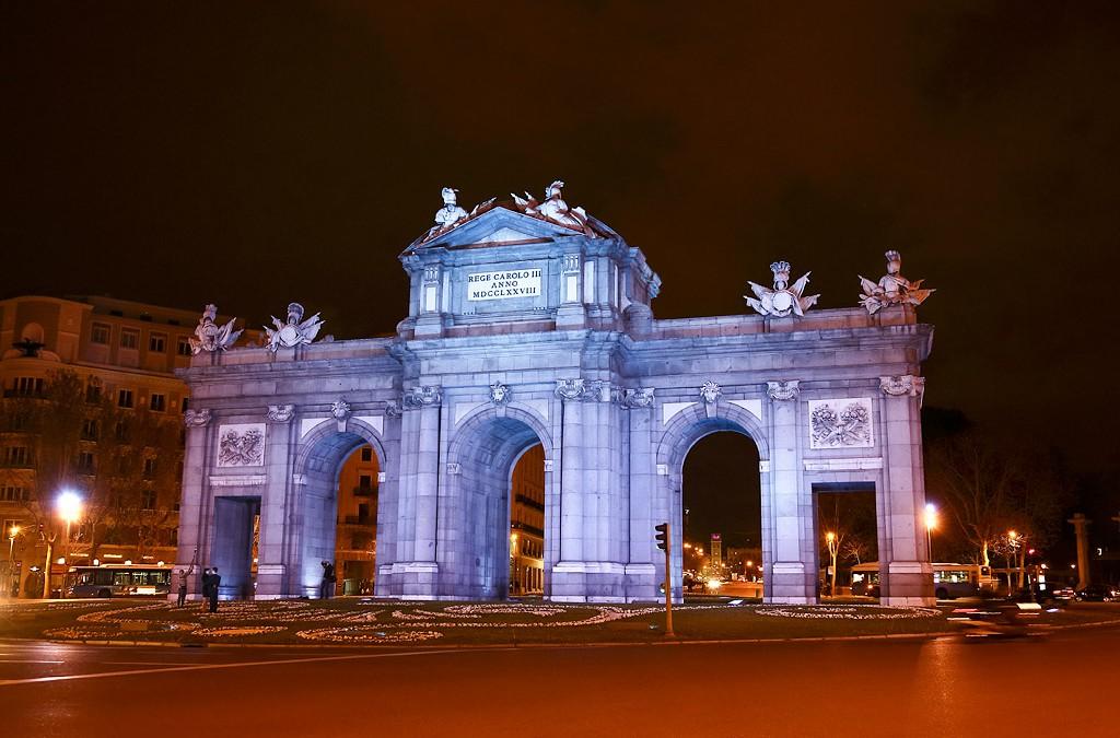 La Puerta de Alcalá y La Cibeles se iluminan de azul por el Autismo
