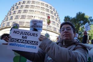 Protesta ante el Tribunal Constitucional para exigir el derecho al voto de todas las personas con discapacidad