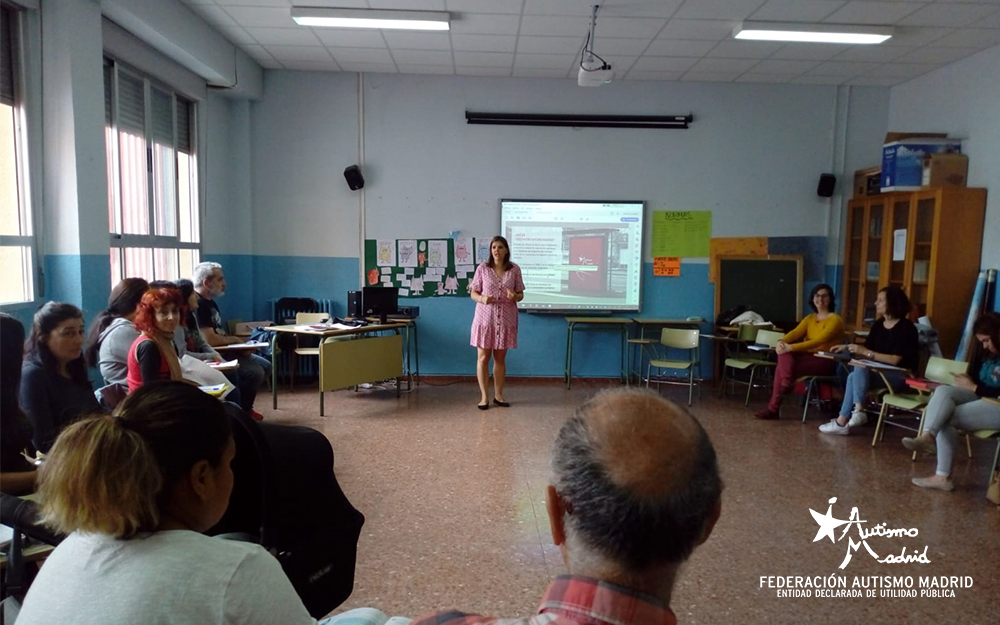 Charla informativa de Autismo Madrid a las familias de Aulas TEA en el distrito de Carabanchel